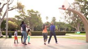 Familia multi de la generación que juega a baloncesto en la cámara lenta almacen de video