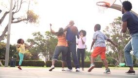 Familia multi de la generación que juega a baloncesto en la cámara lenta metrajes