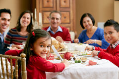 Familia multi de la generación que tiene comida de la Navidad imagen de archivo