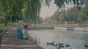 Familia multi de la generación que toma el selfie por el lago almacen de metraje de vídeo