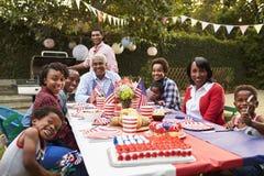 Familia multi del negro de la generación que tiene una fiesta de jardín del 4 de julio Fotos de archivo