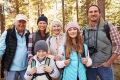 Familia multi en alza del bosque, cintura de la generación encima del retrato Fotografía de archivo libre de regalías