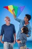 Familia multi feliz de la generación que juega con una cometa Fotos de archivo libres de regalías