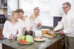 familia Multi-generacional que hace el almuerzo en cocina Foto de archivo
