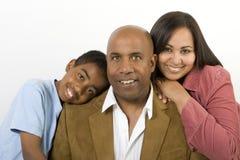 Familia multicultural afroamericana que lee la biblia imagen de archivo libre de regalías