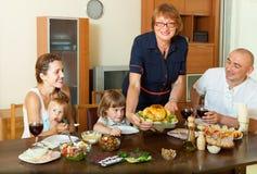 Familia multigeneración feliz con el pollo Fotos de archivo