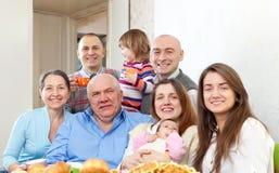 Familia multigeneración feliz con los pequeños niños imagen de archivo