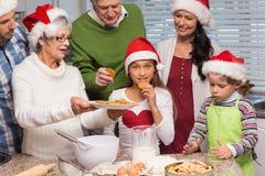 Familia multigeneración que cuece junto Foto de archivo libre de regalías