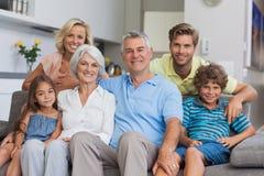 Familia multigeneración que presenta en la sala de estar Imagenes de archivo