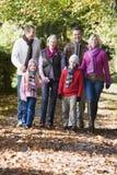 Familia multigeneración que recorre a través de las maderas Imagen de archivo