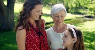 Familia multigeneración que se coloca en el parque almacen de metraje de vídeo