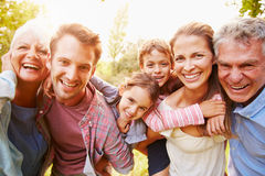 Familia multigeneración que se divierte junto al aire libre fotografía de archivo libre de regalías