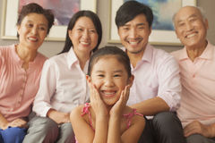 Familia Multigenerational que sonríe, retrato Foto de archivo libre de regalías