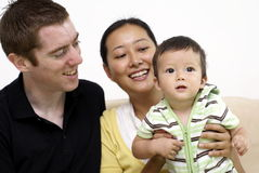 Familia multirracial feliz con el bebé Imagenes de archivo
