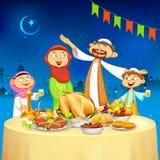 Familia musulmán en el partido de Iftar Fotos de archivo