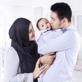 Familia musulmán feliz que se coloca en el dormitorio Foto de archivo