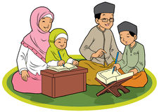 Familia musulmán indonesia que ruega imagenes de archivo
