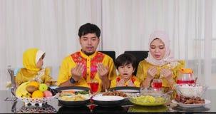 Familia musulmán que ruega junto antes de comer almacen de video