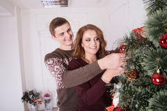 Familia, Navidad, vacaciones de invierno y concepto de la gente - par feliz Fotos de archivo libres de regalías