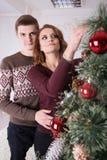 Familia, Navidad, vacaciones de invierno y concepto de la gente - par feliz Foto de archivo libre de regalías