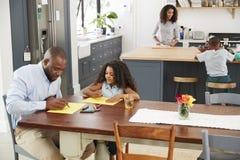 Familia negra joven ocupada en su cocina, visión elevada foto de archivo libre de regalías