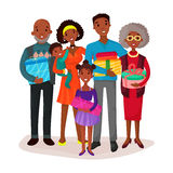 Familia negra que detiene a niños y regalos o presente Imagenes de archivo