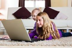 Familia - niño que juega con la computadora portátil Fotografía de archivo libre de regalías