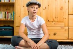 Familia - niño que se sienta con el casquillo en sitio Imágenes de archivo libres de regalías