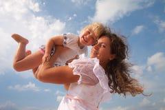 Familia, niño y concepto de la felicidad - madre Foto de archivo