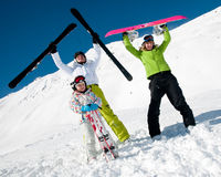 Familia, nieve, sol y diversión Fotos de archivo libres de regalías