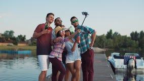 Familia o amigos jovenes felices que toman un selfie foto de archivo