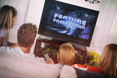 Familia: Observación de una película en el sofá Imagen de archivo