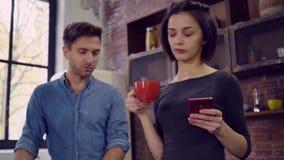 Familia ocupada en dispositivo moderno del apartamento almacen de video