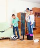 Familia ordinaria que hace la limpieza Fotos de archivo libres de regalías