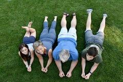 Familia, padre, madre, hijo e hija mintiendo en el prado fotografía de archivo libre de regalías