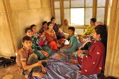 Familia paquistaní que almuerza Imagenes de archivo