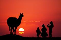 Familia peruana en la puesta del sol Fotografía de archivo