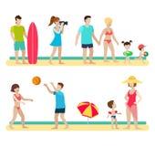 Familia plana de la gente en el mar de la playa: persona que practica surf, voleibol, par Imagen de archivo libre de regalías