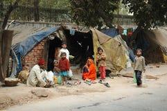 Familia pobre en el área de tugurios en Delhi, la India Foto de archivo libre de regalías