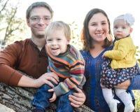 Familia por el árbol fotos de archivo libres de regalías
