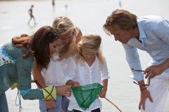 Familia por la playa imagen de archivo libre de regalías