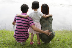Familia por un lago Foto de archivo libre de regalías