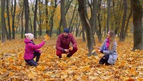 Familia positiva con la muchacha que disfruta de temporada de otoño almacen de video