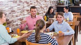 Familia positiva con los adolescentes que almuerzan Foto de archivo