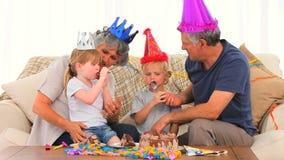 Familia preciosa durante un cumpleaños metrajes
