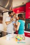 Familia preciosa en cocina Imagenes de archivo