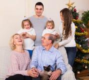 Familia que adorna el árbol del Año Nuevo Imágenes de archivo libres de regalías