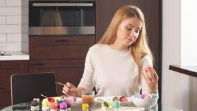 Familia que adorna los huevos de Pascua metrajes