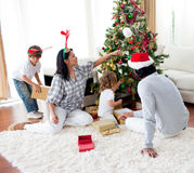 Familia que adorna un árbol de navidad Fotografía de archivo