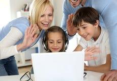 Familia que agita en el webcamera Imagenes de archivo